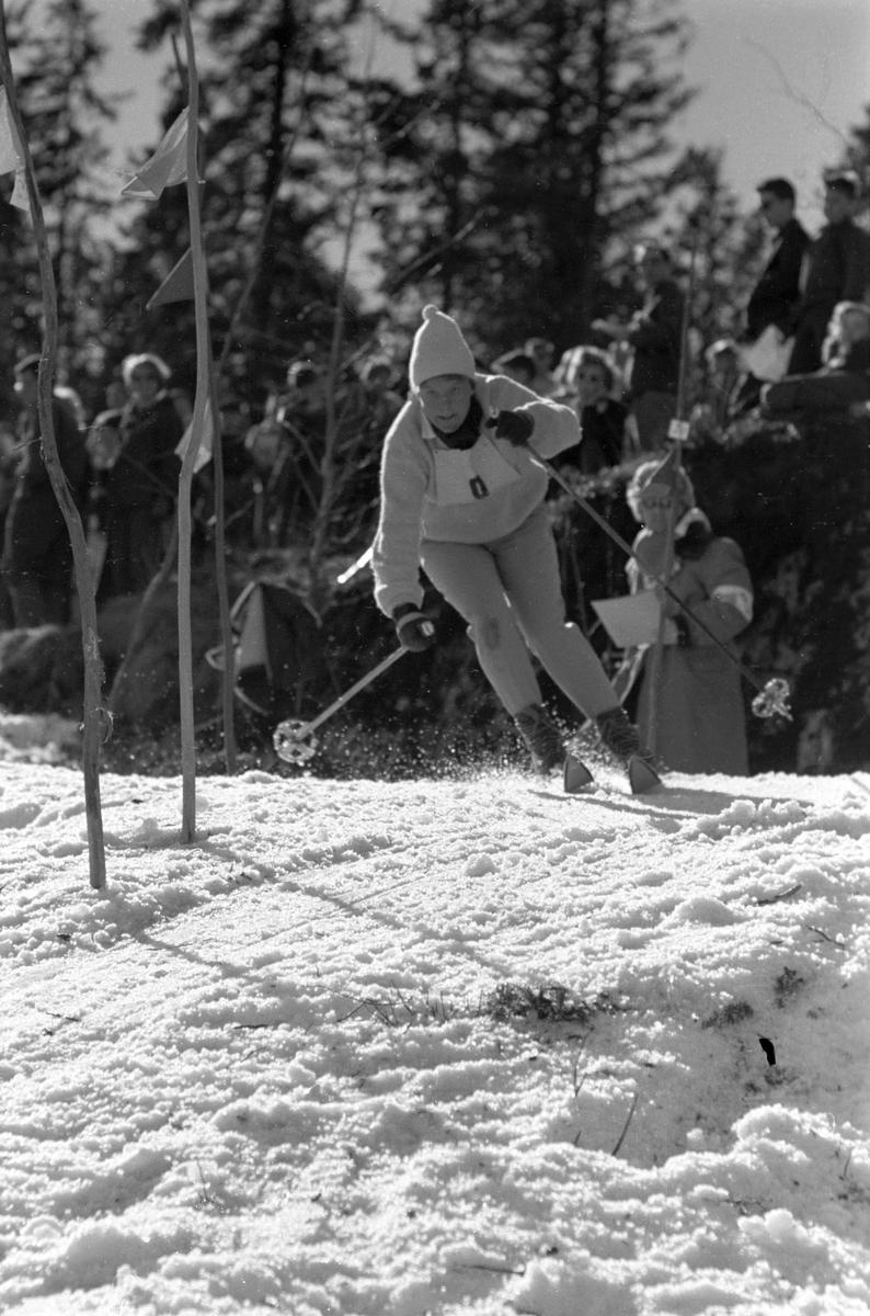 Alpinist i flott stil gjennom slalåmportene. Blåveis-rennet, Kolsås 9. april 1961.  Fotografert av Johan Brun.