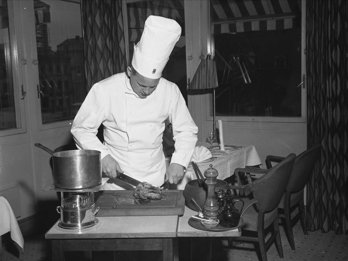 Hotell Viking, Oslo, mai 1957. Kokk på hotell kjøkkenet.