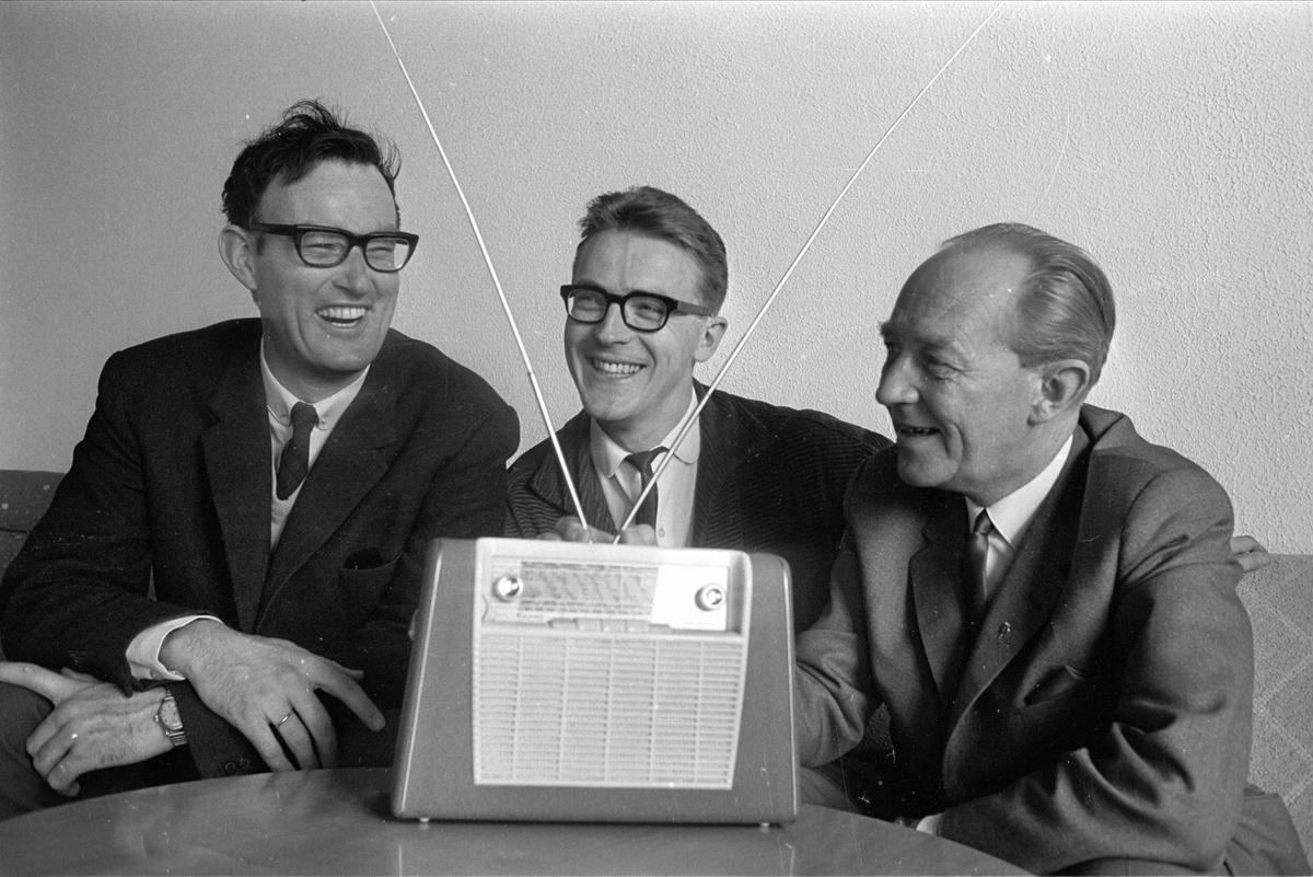 """Gruppe ansatte i NRK, Thue t.h., Vigeland og H. Helseth, Oslo,  mai 1965. Med reiseradio, Tandberg """"Kurèr""""."""