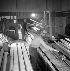 Oslo, september 1958. Sjøtollbodene. Menn arbeider med mater