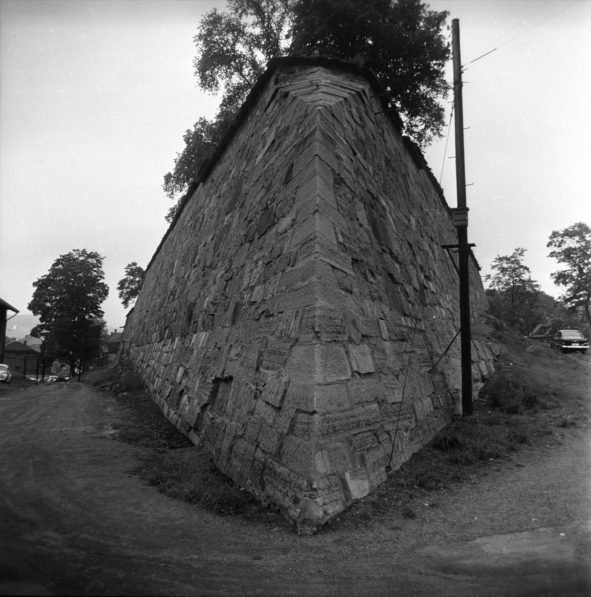 Akershus slott og festning, Oslo, august 1964. Park og mur.