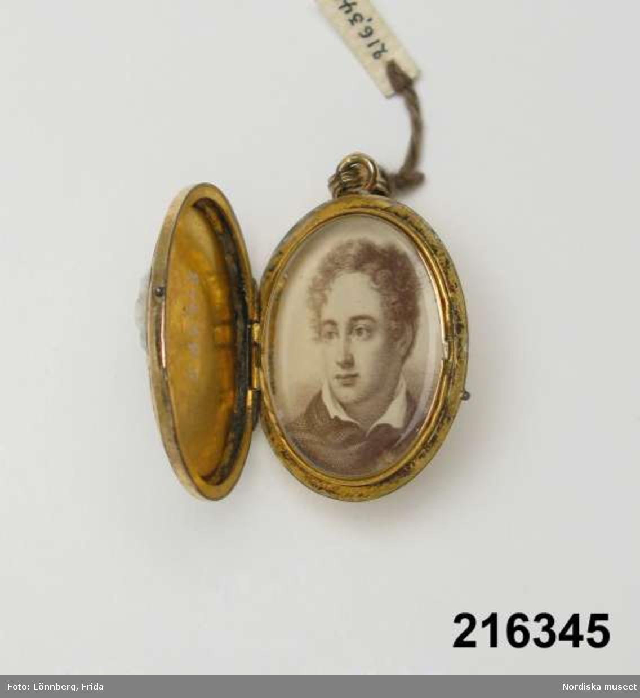 Kamé med kvinnohuvud. Invändigt ett porträtt av Lord Byron (1788 - 1842), engelsk diktare.