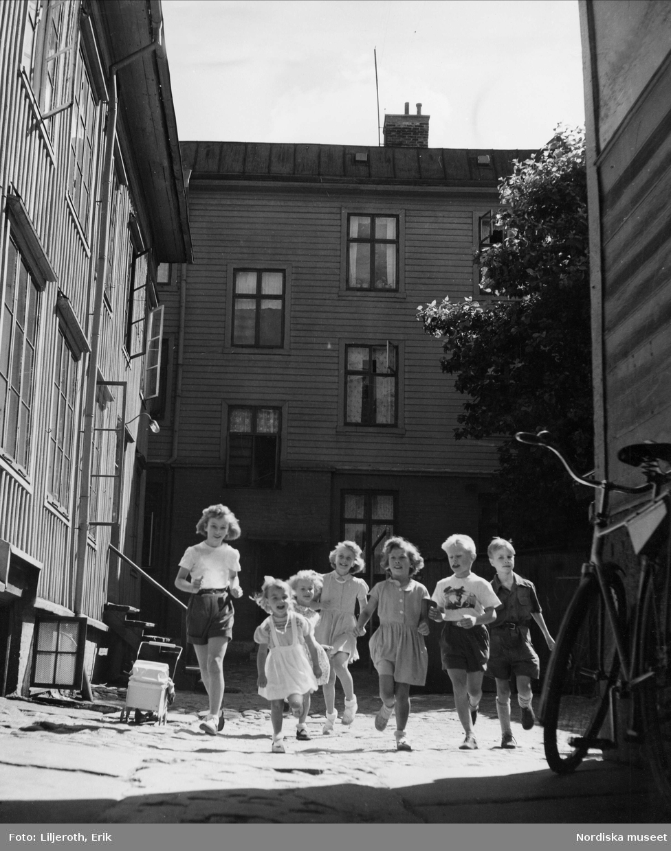 Göteborg. Lekande barn på en bakgård