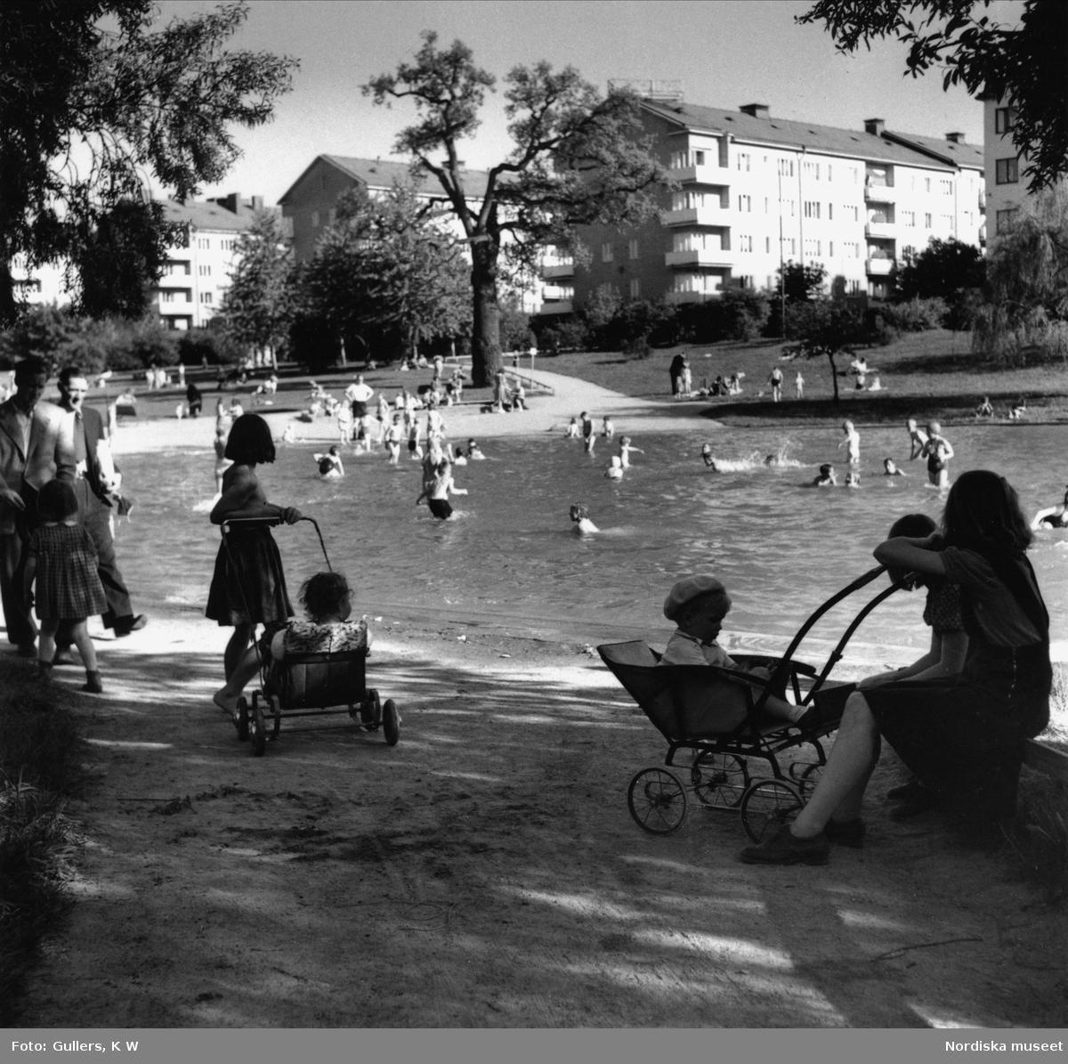 Fredhällsparken, Stockholm. Barn badar, i förgrunden kvinna med barnvagn.