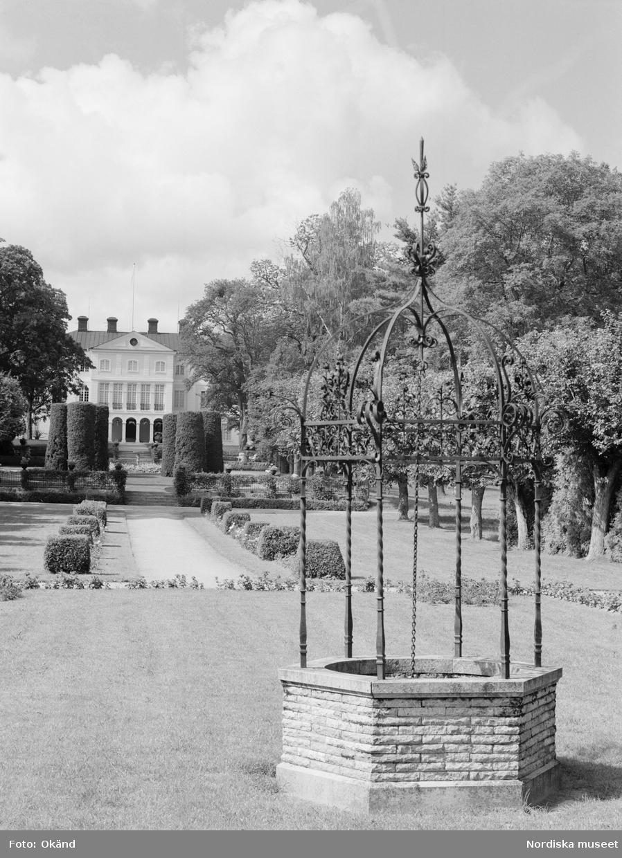 Rosengården på Julita gård i Södermanland. I förgrunden en brunn, i fonden ses huvudbyggnaden skymta bakom trädgårdens växter. Brunnen är anlagd 1915. Förlagan är den brunn som står på borggården vid Gripsholms slott.