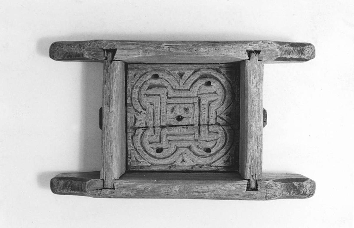 Ostform av trä. Inristat på undersidan: 1725 1727 1731 NIS, påsidan: 1844
