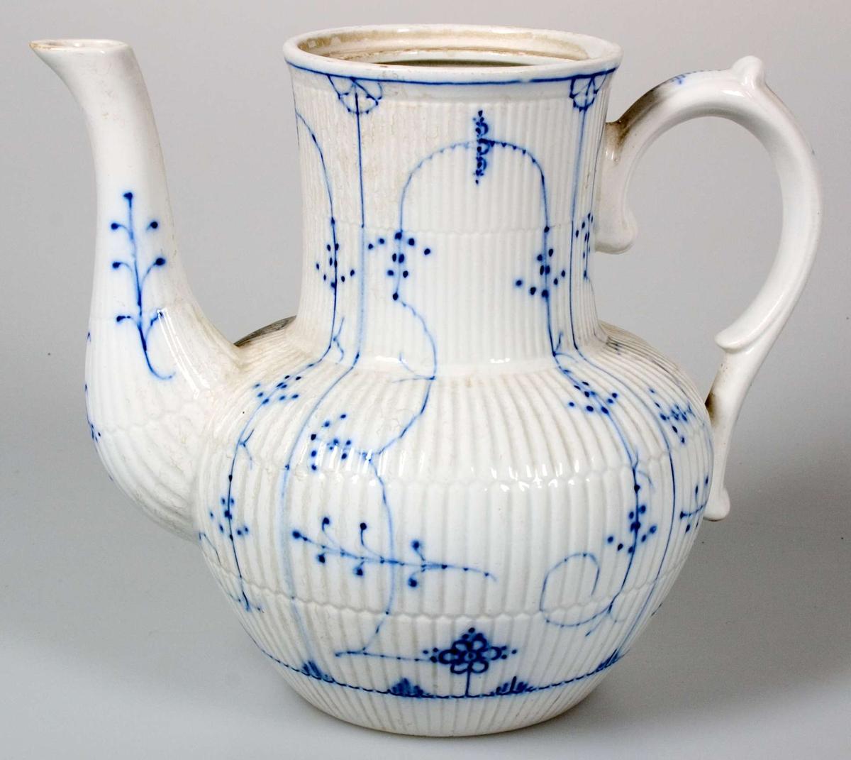 Kaffekanna av fältspatporslin. Vitglaserad med blå underglasyrdekor. Brun tryckt stämpel: VILEROY & BOCH DRESDEN. Lock saknas.
