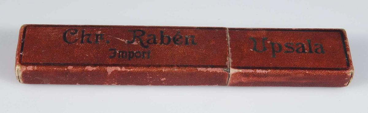Rött fodral av papp med svart text: Chr. Rabén Import Uppsala.
