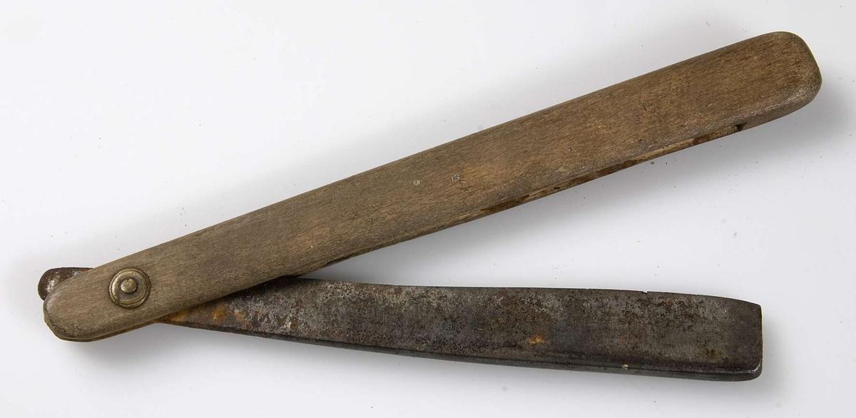 Rakkniv av järn med skaft av ljust trä.