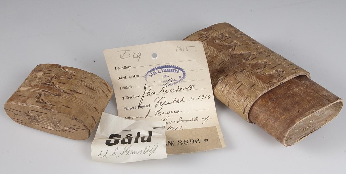 Ovalt tampat näverfodral med lock. Stämplad dekor över hela fodralet och på locket. Trä i locket och i botten. I fodralet finns en etikett (9,3 x 7,2 cm) med texten: Utställare Carl A. Ljungberg Dannemora, Tillverkare Jan Lindroth, Tillverkningsort Vendel år 1910, Salupris 1 krona, Övriga anmärkn. Lindroth afled år 1911. No 3896, Såld. U. L. Hemslöjd