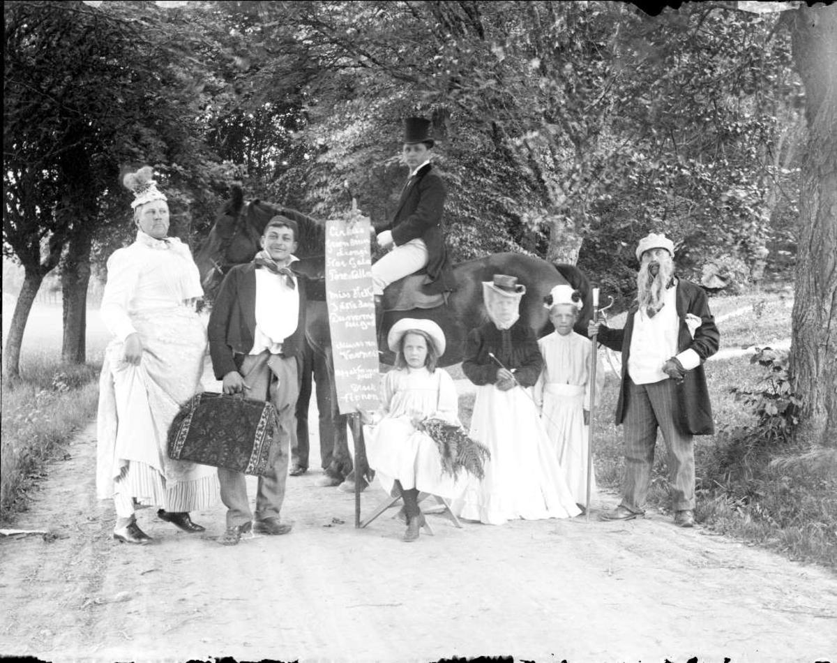 Grupporträtt - utklädda barn och vuxna, Björklinge eller Funbo socken, Uppland