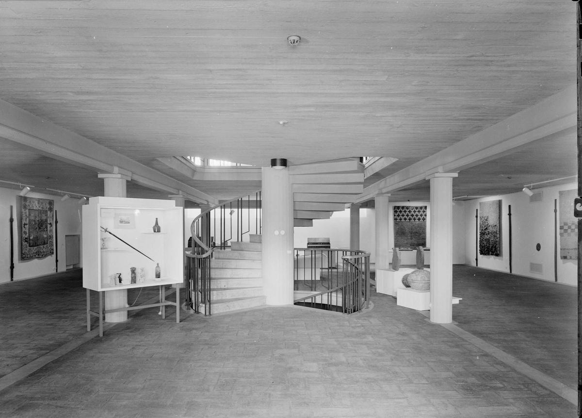 Entréhallen, med monter för nyförvärv, Upplandsmuseet, Uppsala 1960