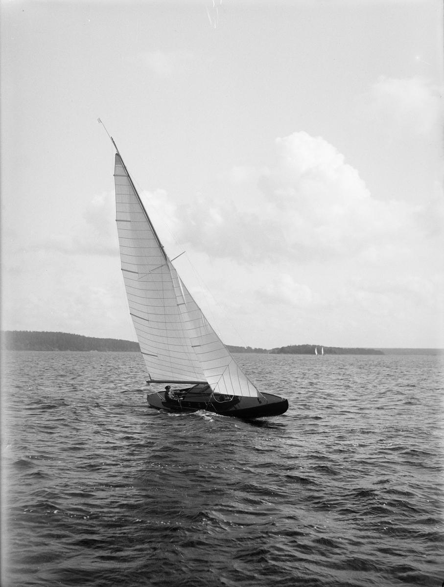 Segelbåt, sannolikt på Ekoln i Mälaren, Uppland