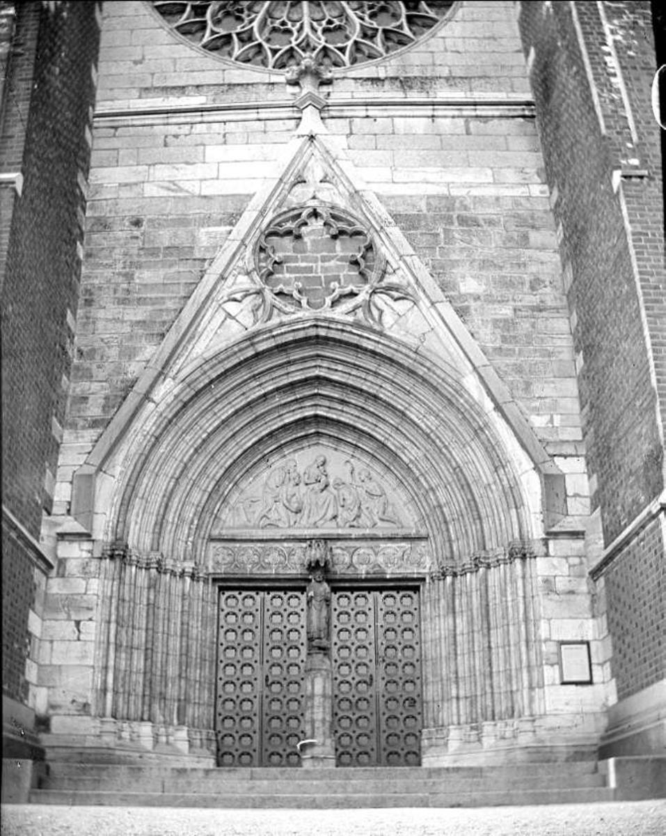 Uppsala domkyrkas norra portal, Uppsala 1918