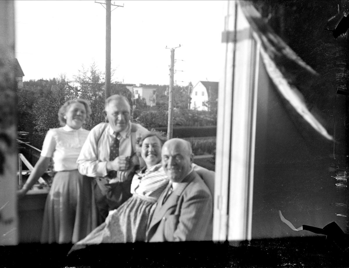 Kvinnor och män på balkong, Tierpstrakten, Uppland omkring 1915 - 1920