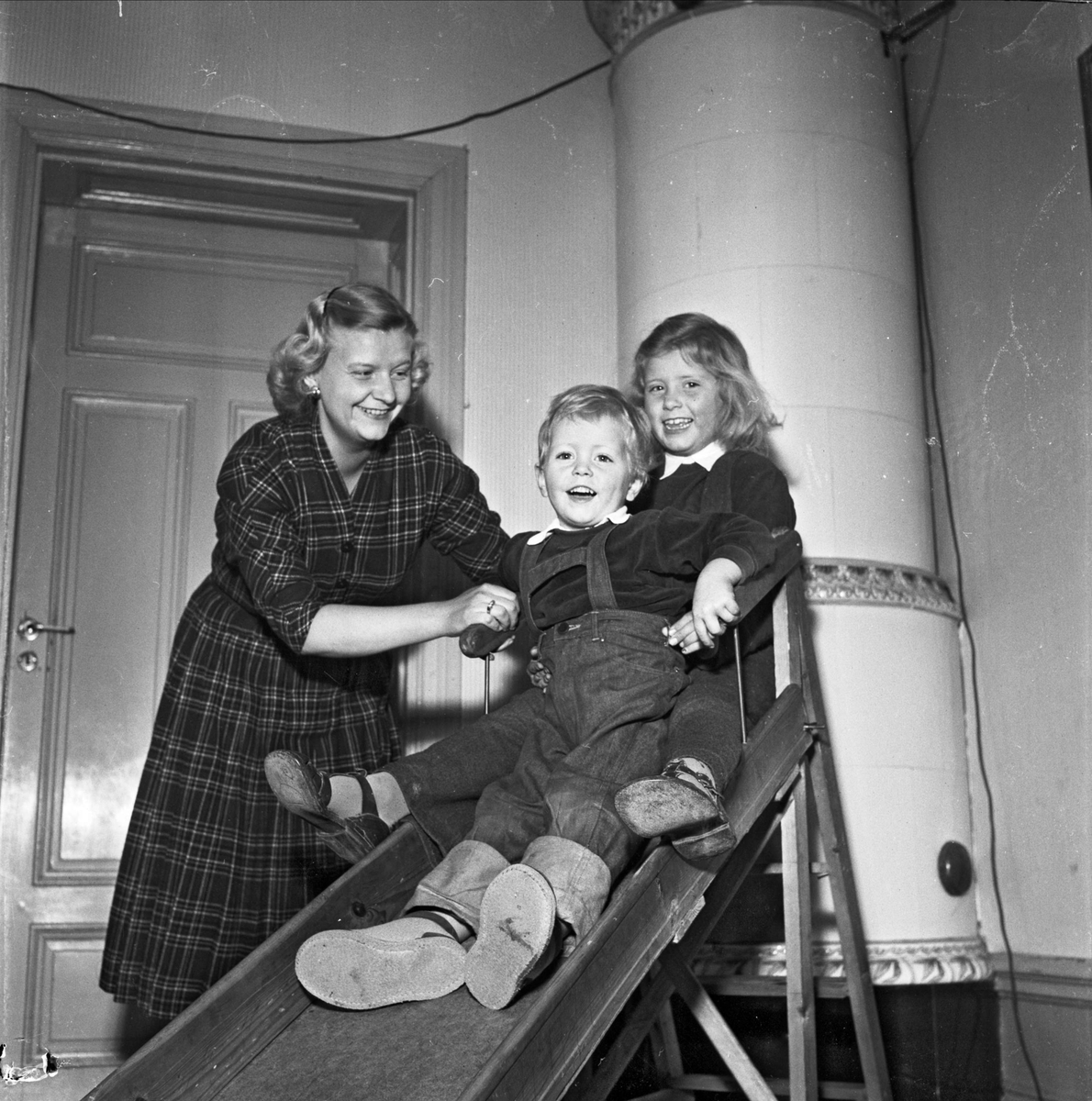 Barn åker rutschkana, april 1955