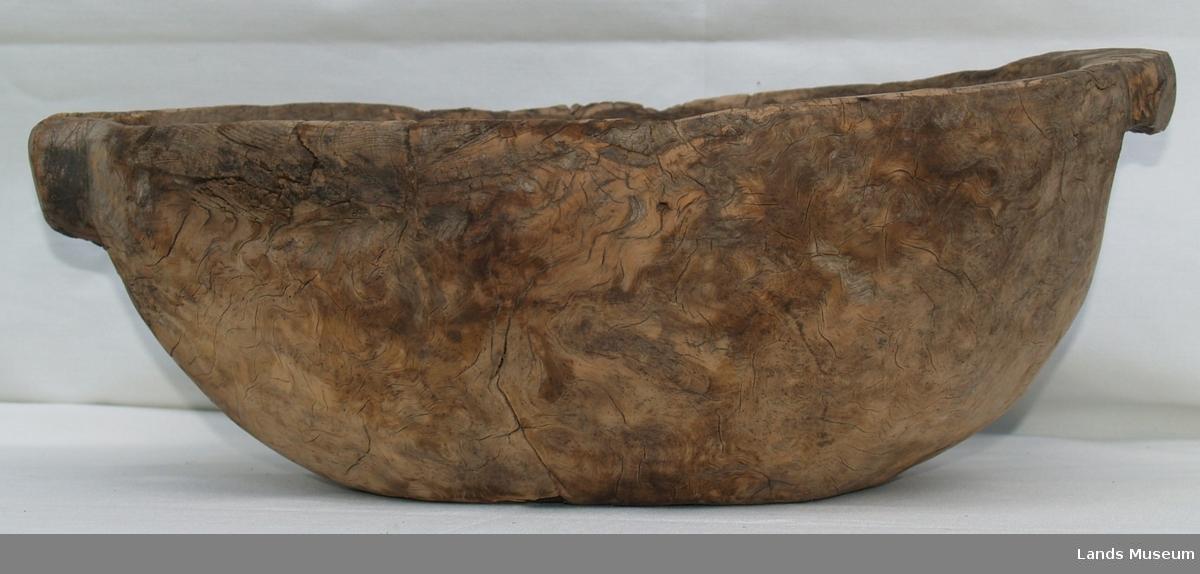 Trøys av bjørk med tut og håndtak. Avlang i formen