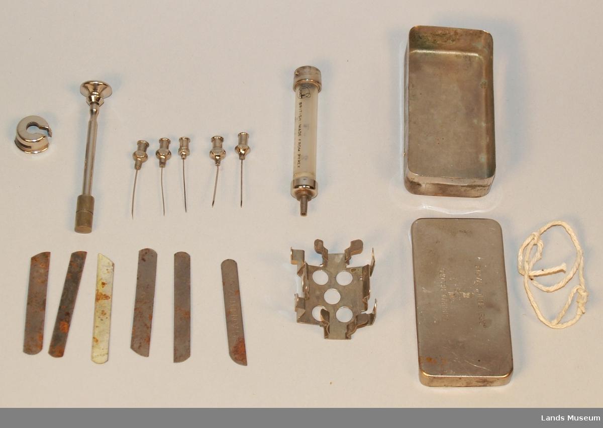 Innholdet i metalleska: 1 sprøyte, 5 kanyler, 6 knivblad.