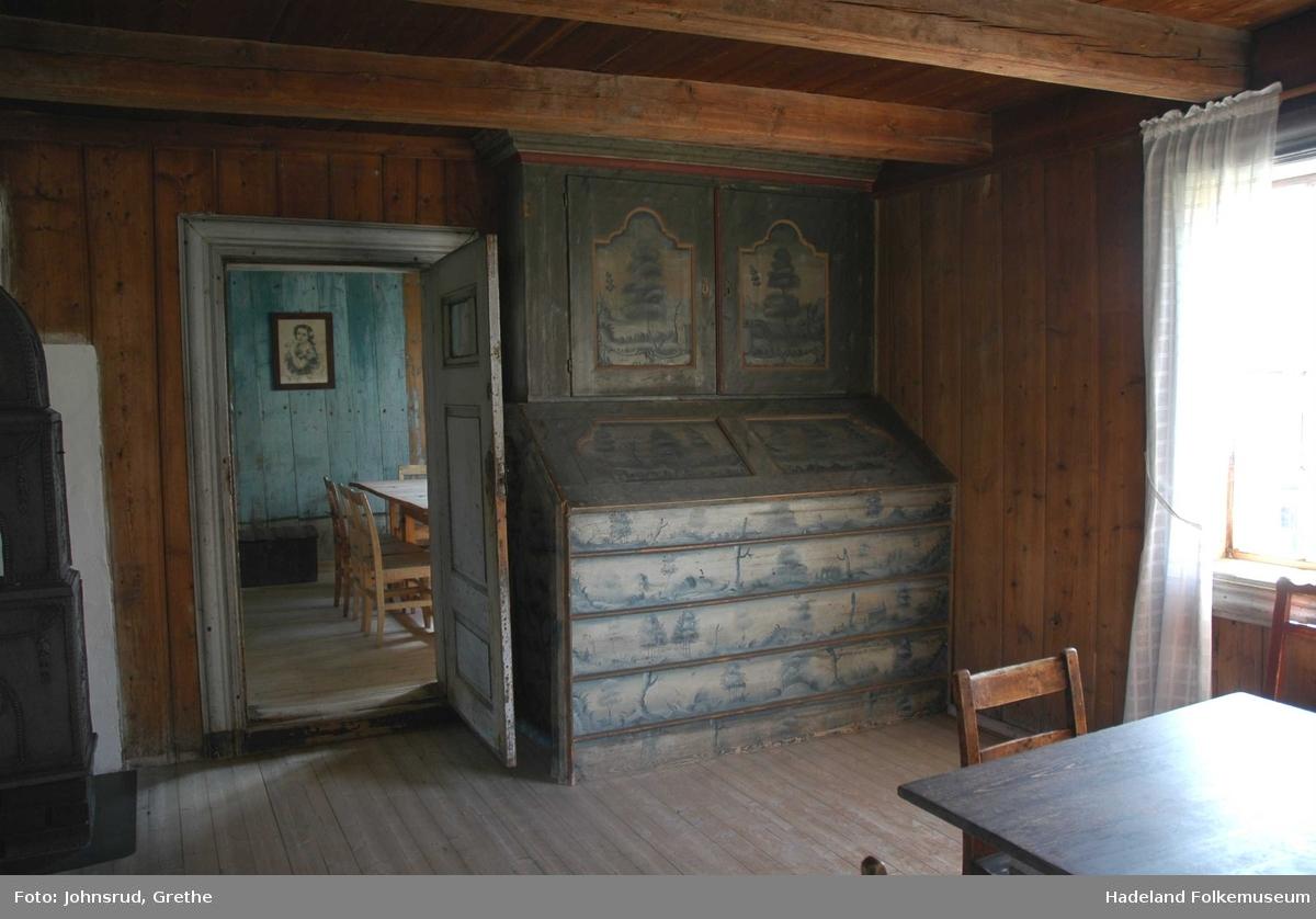 Laftet og panelt midtkammerbygning med teglstenstak. To etager til boligformål. Uinnredet råloft. Bryggerhus i kjelleren med egen inngang i grunnmuren fra baksiden.