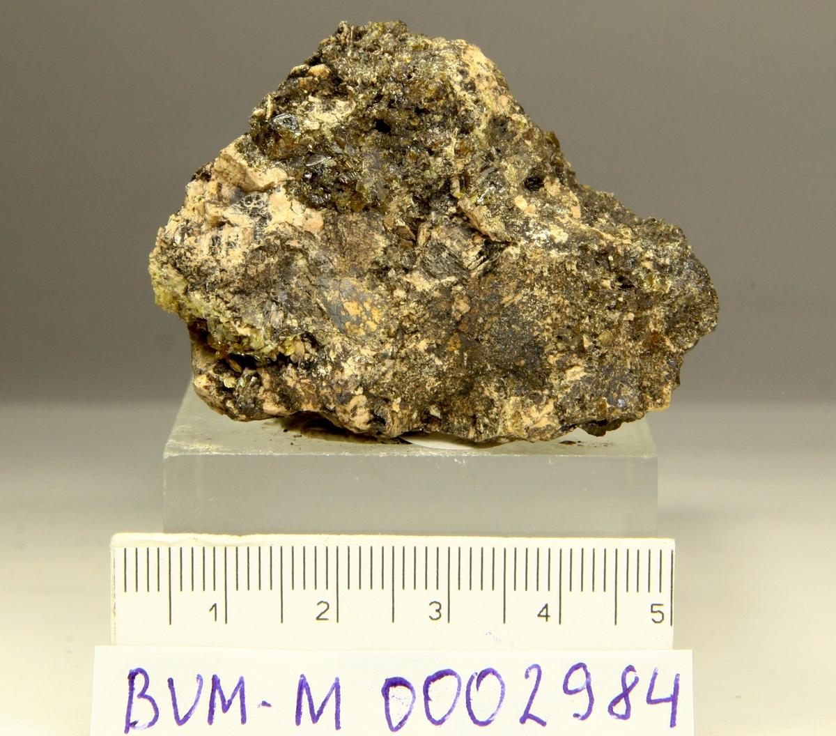 Mangan-axinitt (mikro) og granat. Årvoll.