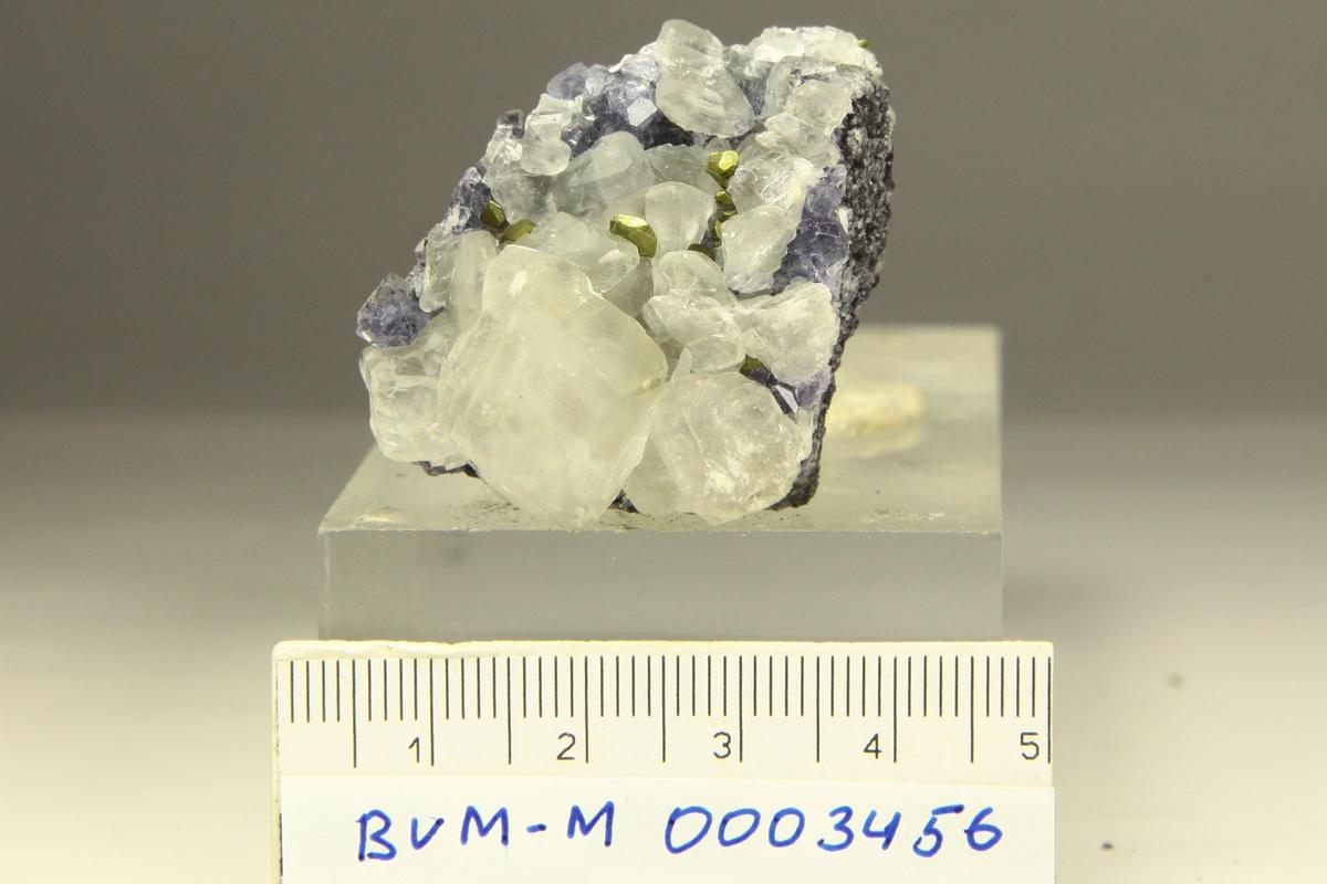Kalsittkrystaller, kobberkiskrystaller, blå fluorittkrystaller, oktaedre, kvartskrystaller, apofyllittkrystaller(?). Norske Løve, ca. 80 m opp fra Klausstollen.