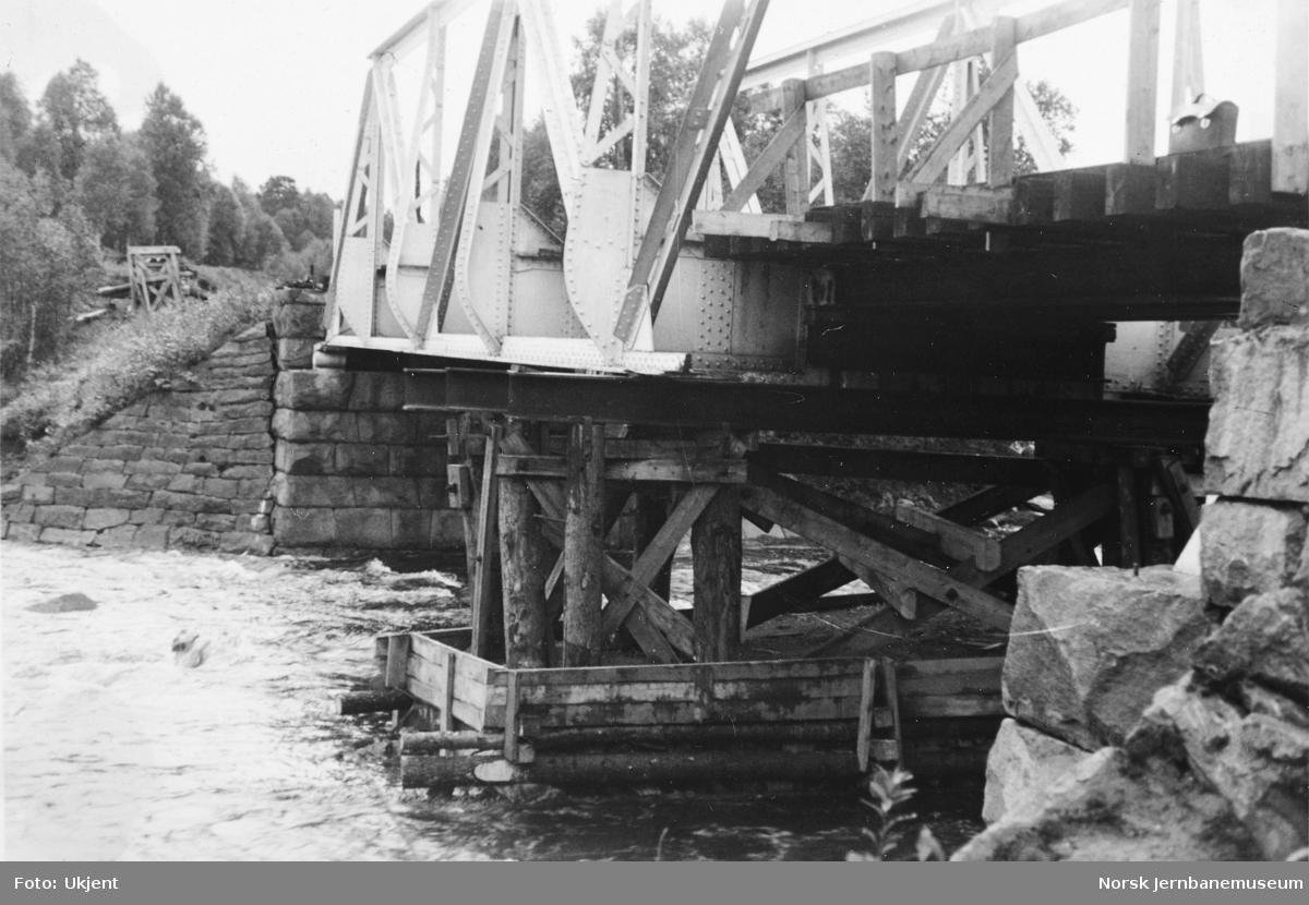 Bru over Igla elv : krigsskader, fra høyre, nordre elvebredd