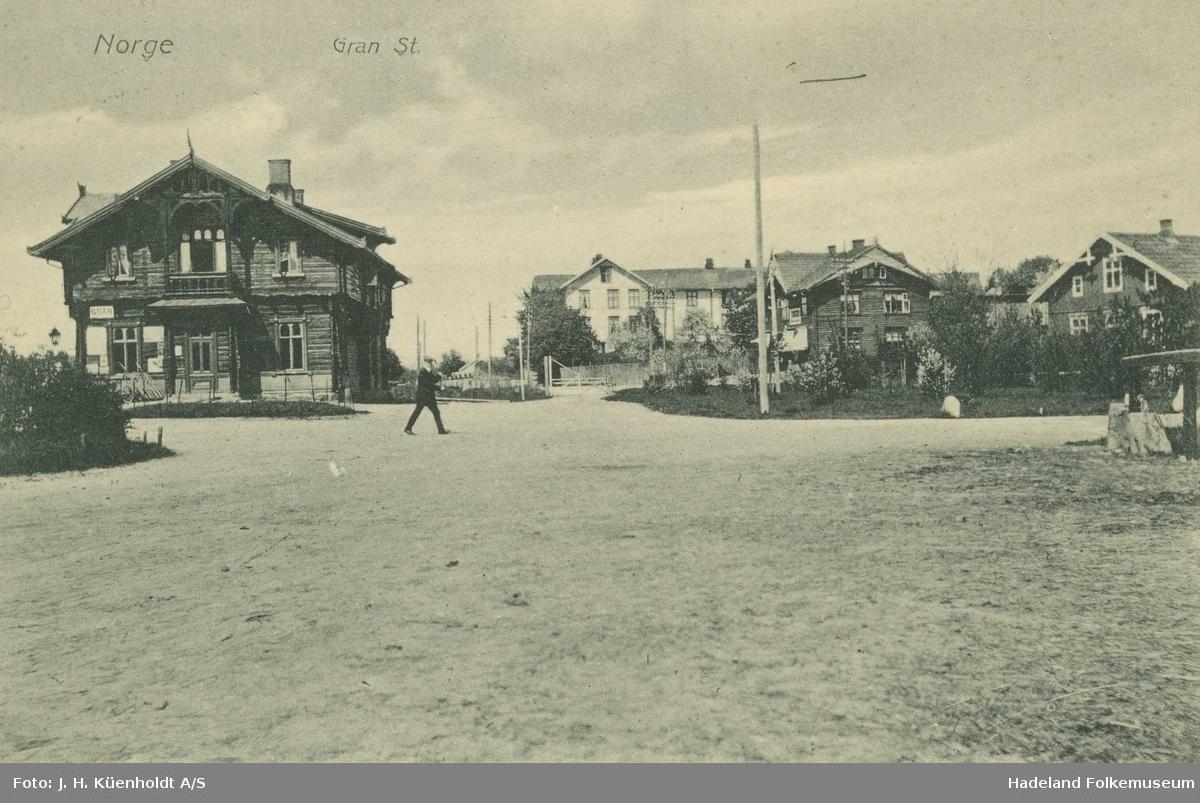Gran jernbanestasjon, fotografert fra parkeringsplassen og mot nord.