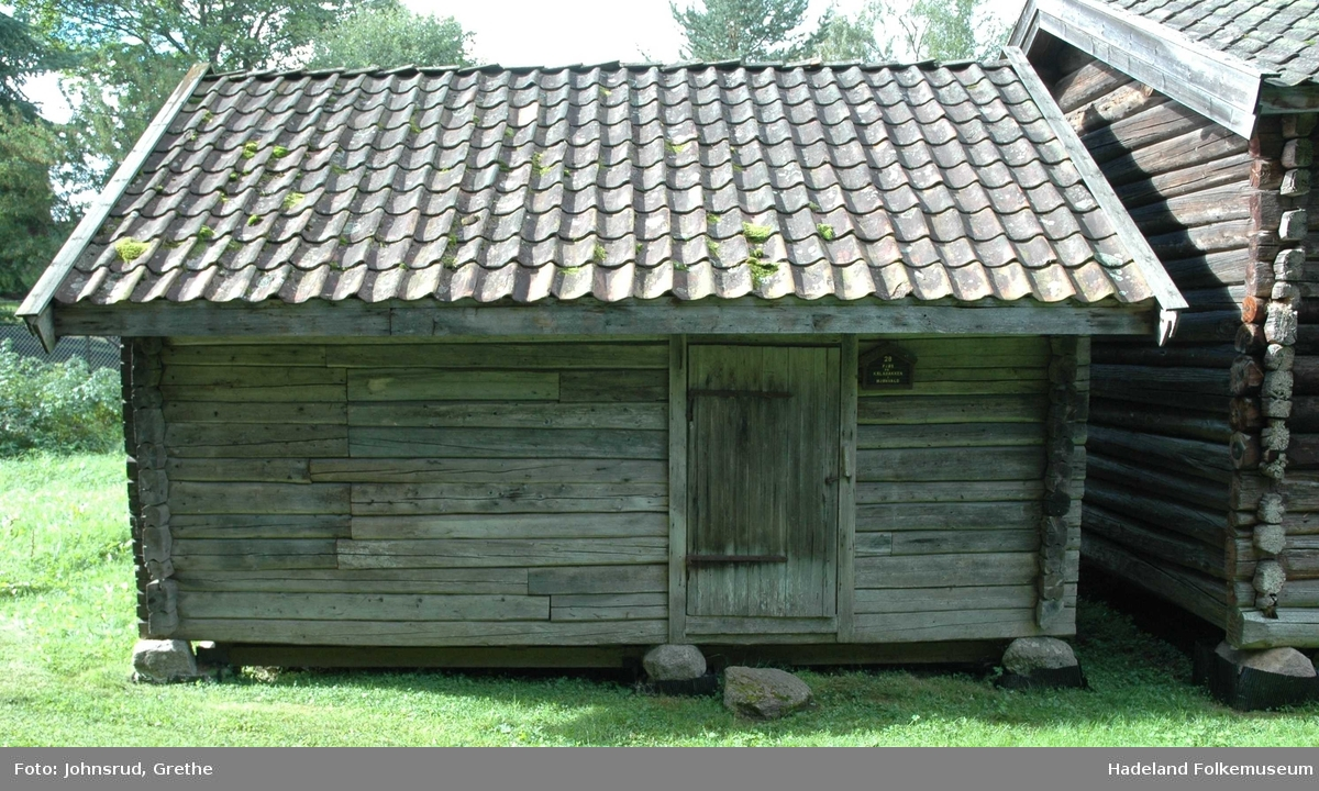 Fjøset fra en husmannsplass under garden Dvergsten er bygget i 1915, laftet og har teglsteinstak.