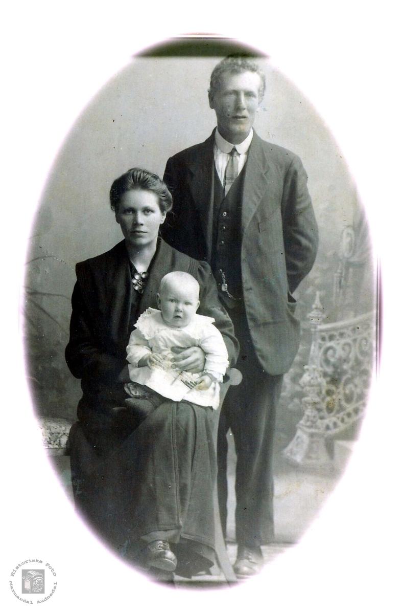 Ekteparet Anna og Olav Vormlid med si førstefødte, Martha på fanget. Grindheim.