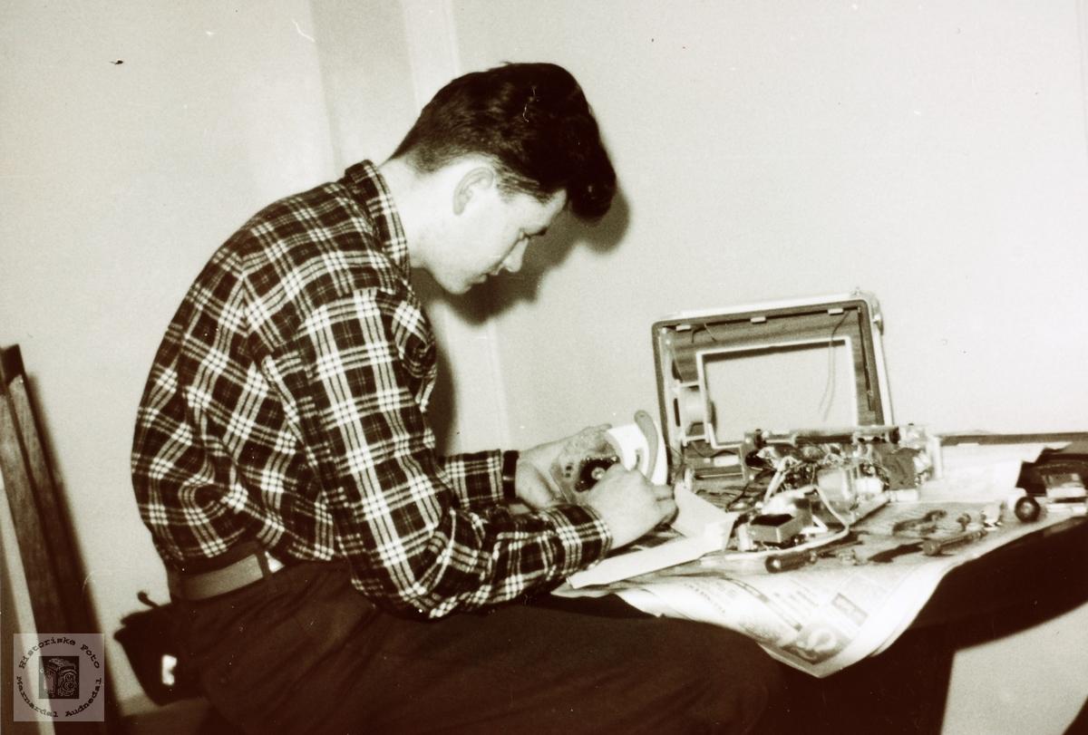 Reparasjon av radio på Håland i Grindheim senere Audnedal.