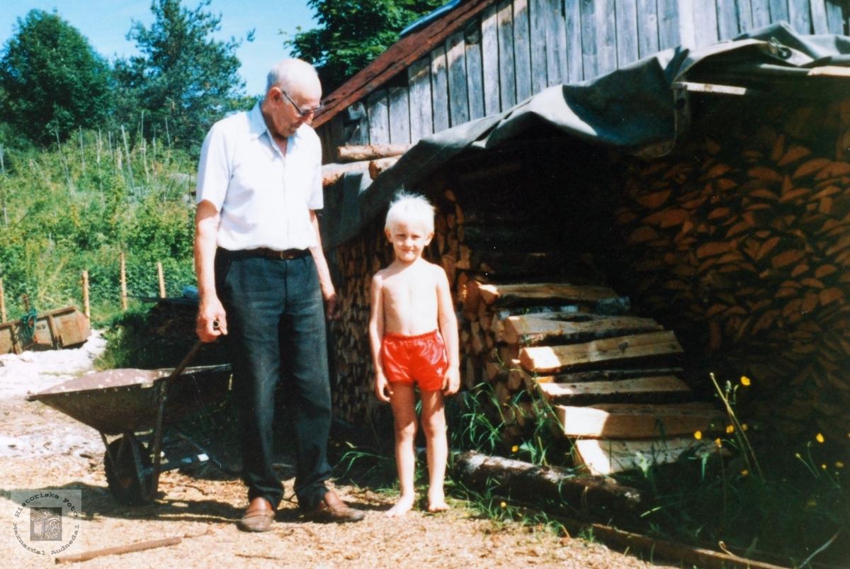 Endeleg 4 år sammen med bestefar Lian. Smedsland i Audnedal.