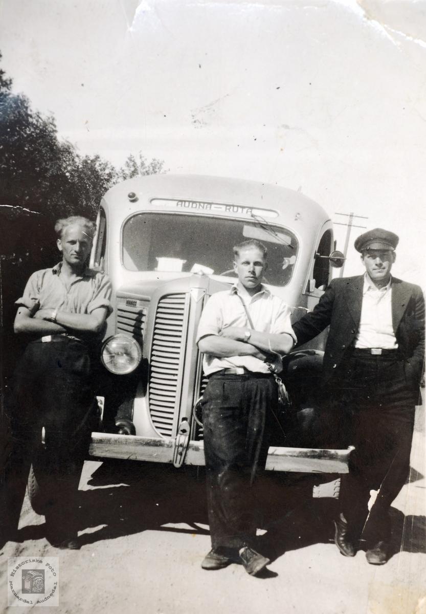 Audna-ruta, Audnedal. Bussen er en Dodge (Fargo), årsmodell 1937-38.
