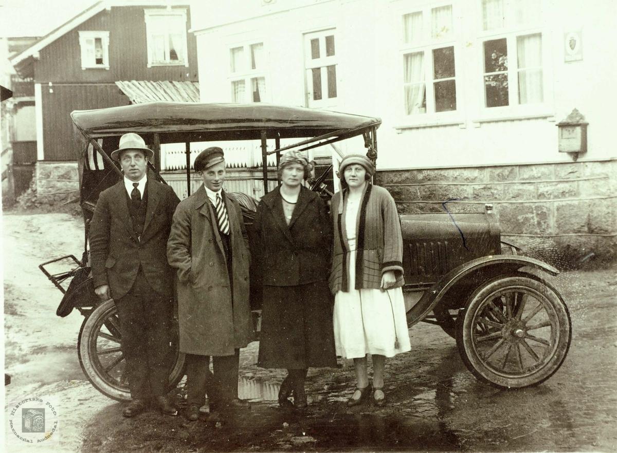 Ut på biltur. Bilen er en Ford T, produsert før 1922.
