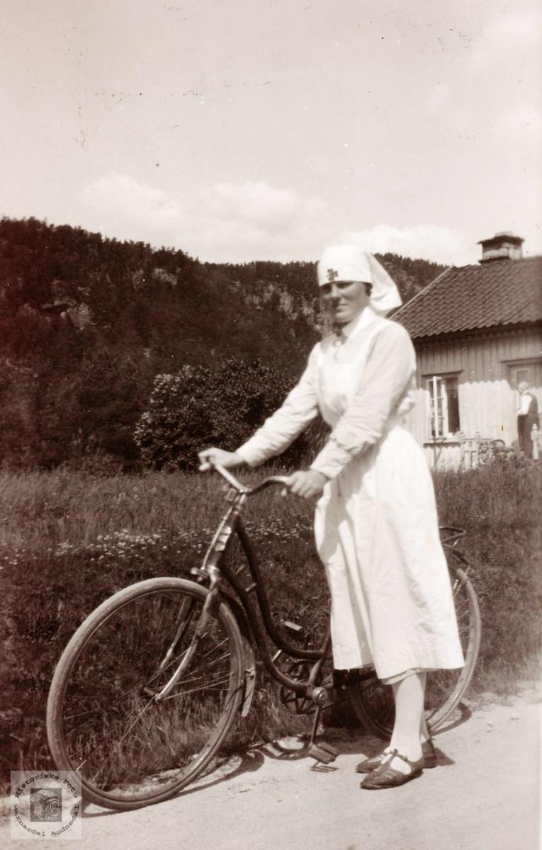 Portrett av syklist, sykepleier Ingebjørg Øydna. Grindheim.