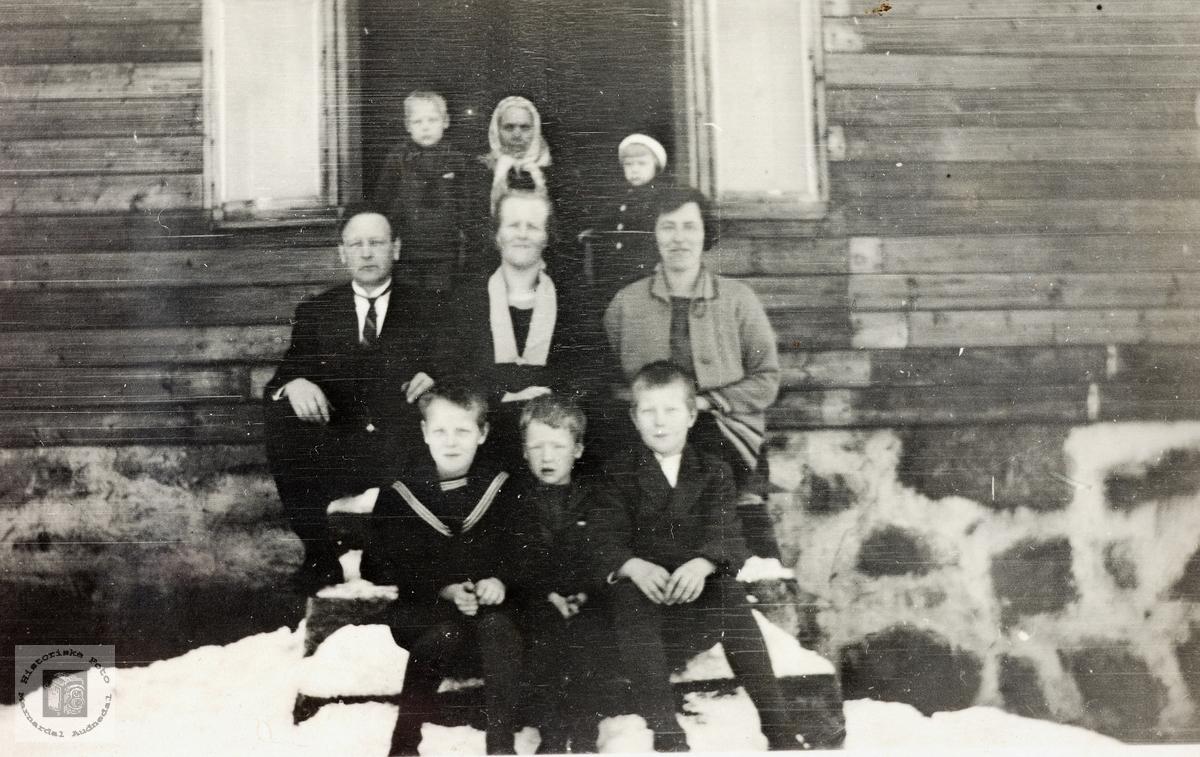 Familien Fredrik og Rakel Bransdal hos Berthe Smedsland. Grindheim.
