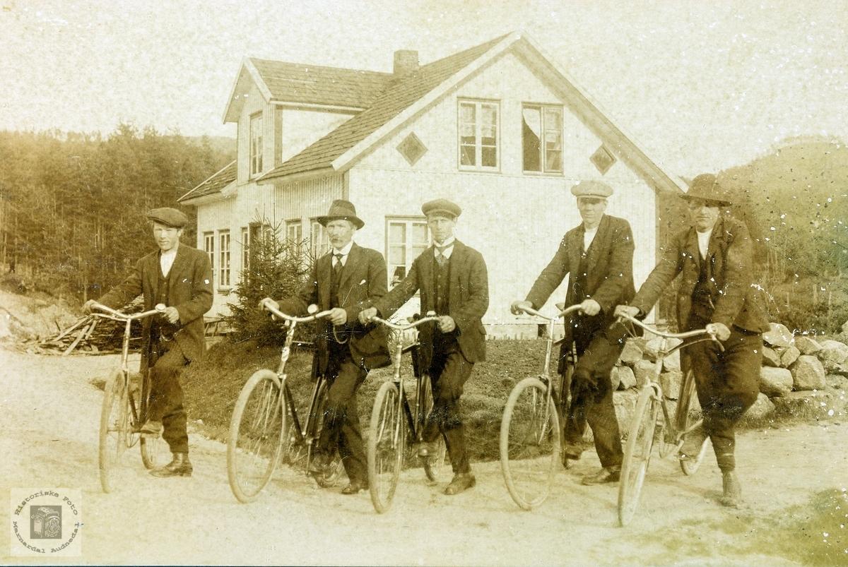 Unge menn på sykkel på Byremo. Grindheim.
