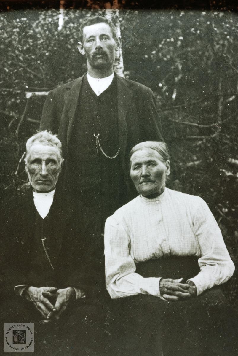 Foreldre og sønn Kvåle. Eiken.
