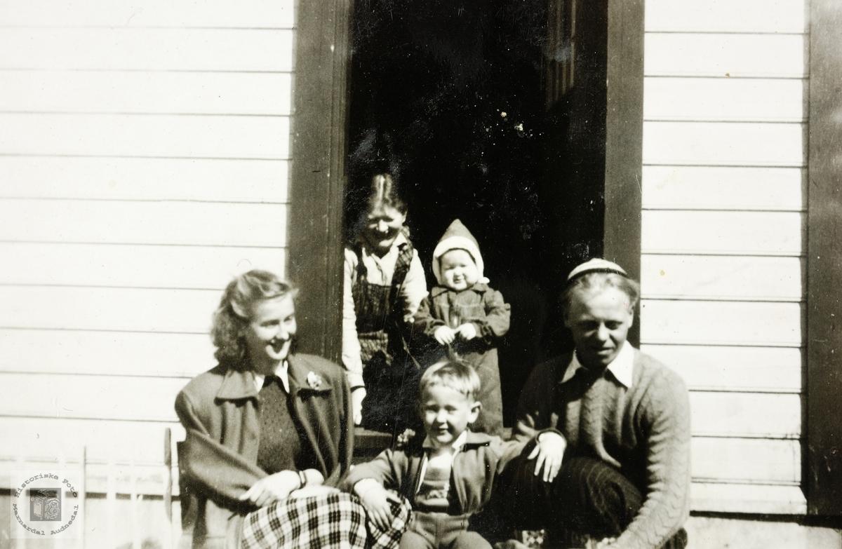 Ung familie på trappa.