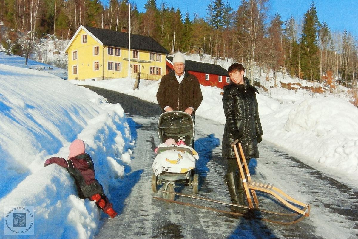 Tre generasjoner Kvarsnes på trilletur. Grindheim.