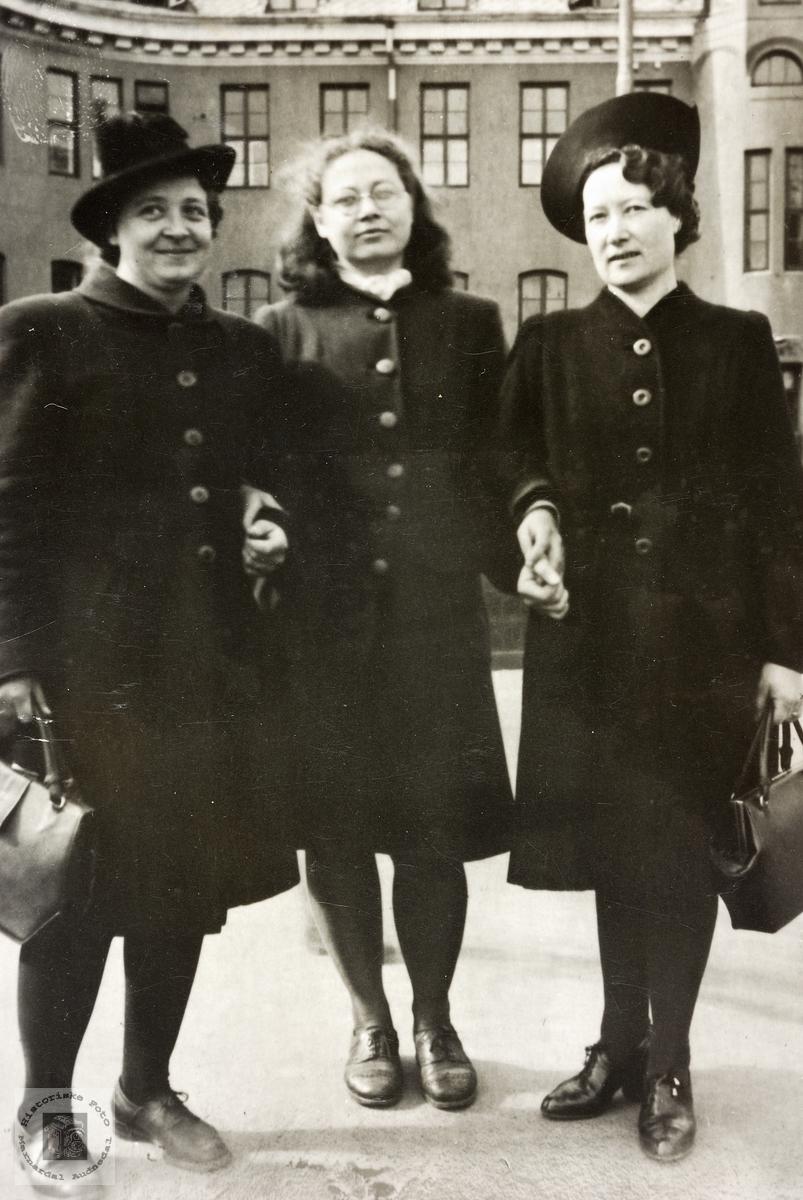 Tre unge damer fra Grindheim og Konsmo på bytur.