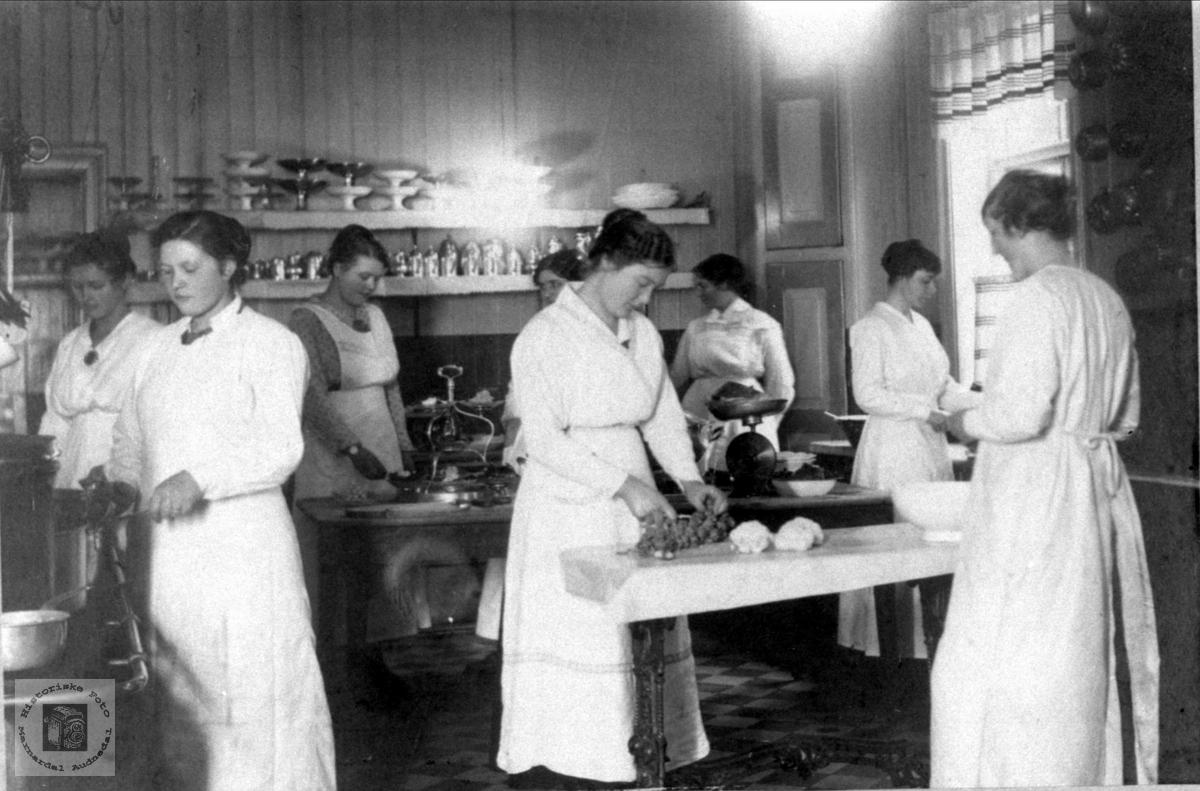 Kjøkkenet på Ernst Hotell, Kristiansand med Bjellandsjente som lærling.