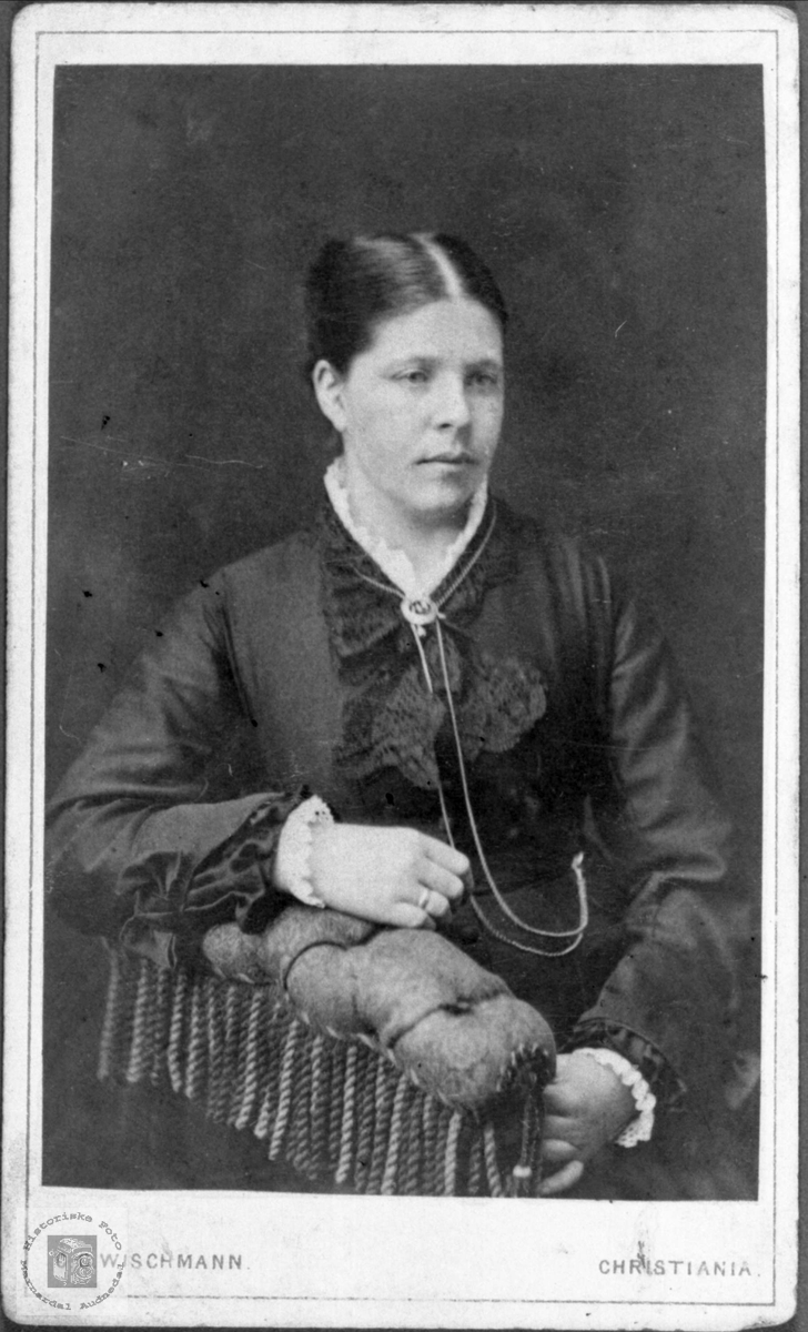 Portrett av ukjent dame, trolig fra Laudals eller Konsmoområdet.