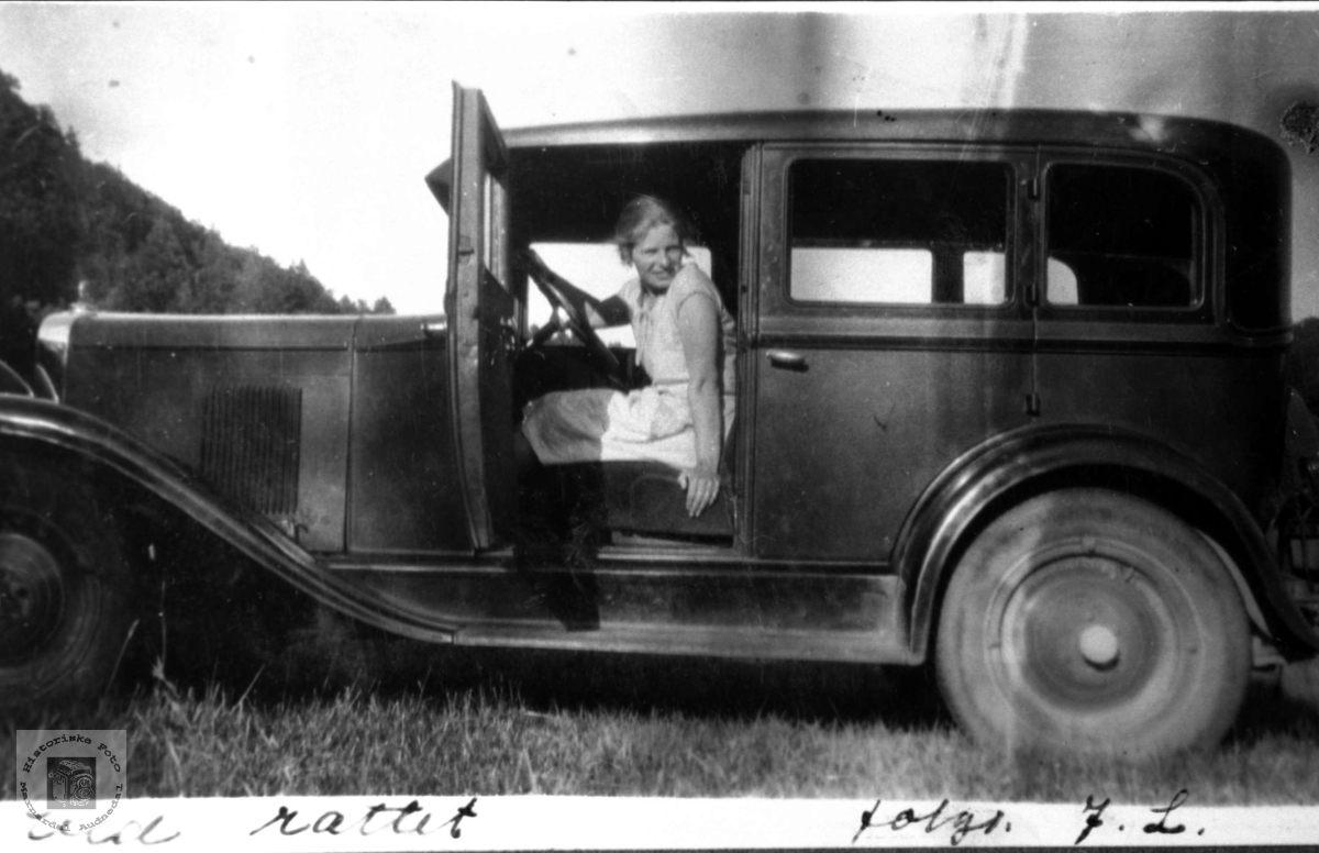 Ved rattet. Borghild Laudal.