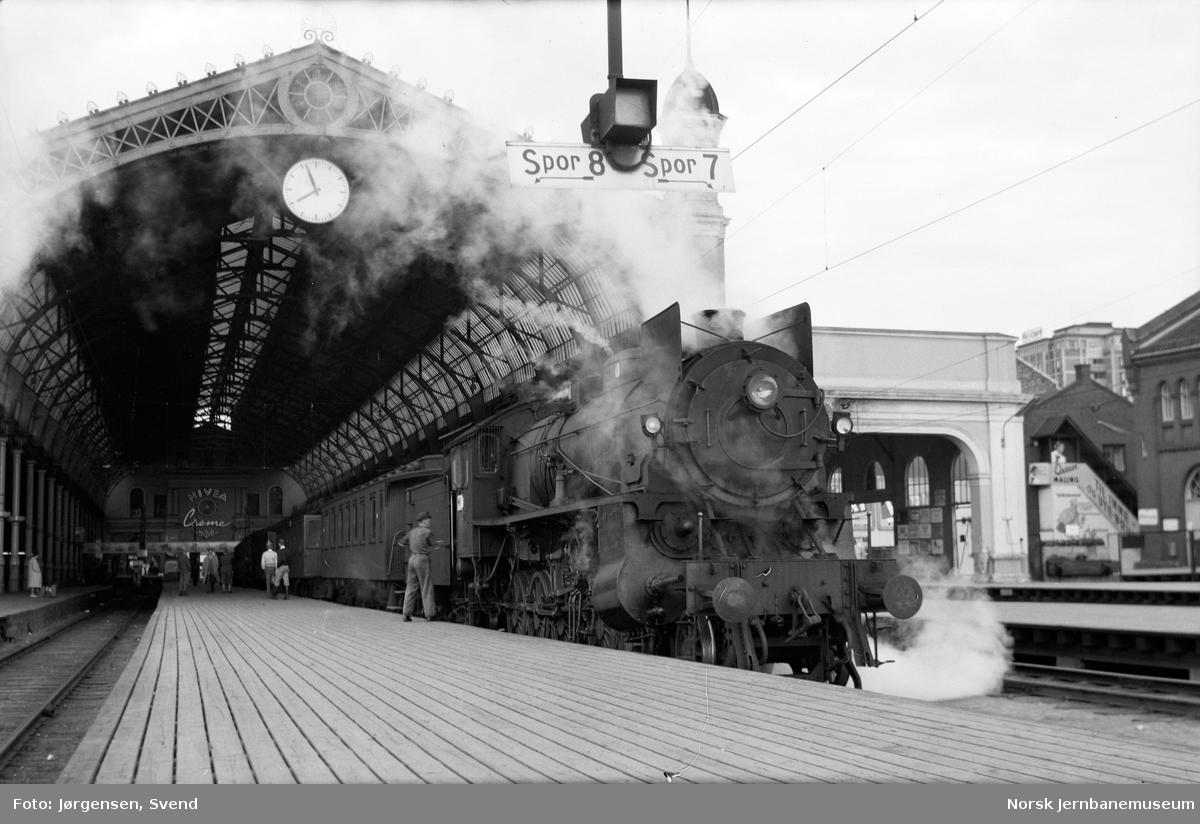 Oslo Ø med damplokomotiv type 31b foran tog til Gjøvik