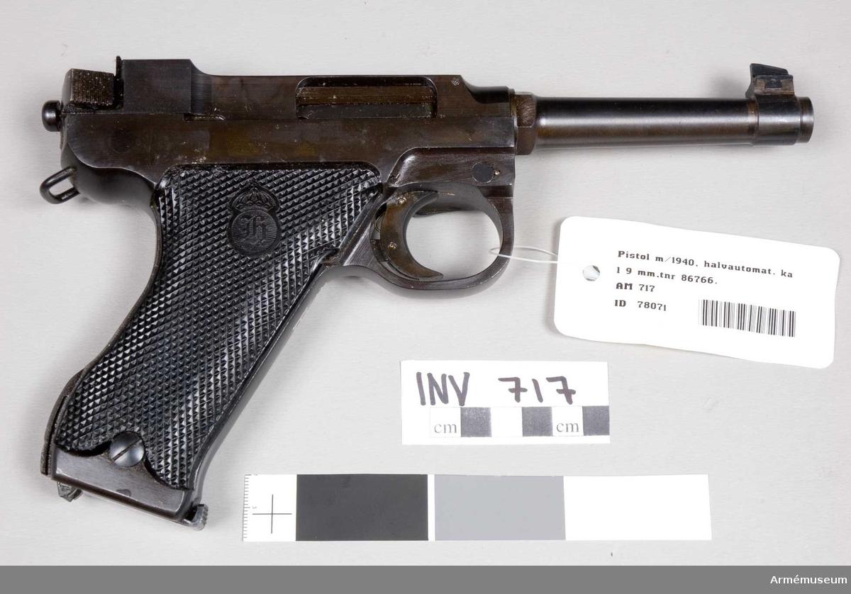 Halvautomatisk pistol, tillverkad vid Husqvarna vapenfabrik. Kort piprekyl. Magasinet rymmer åtta st patroner. Största skottvidd: 1500 m.