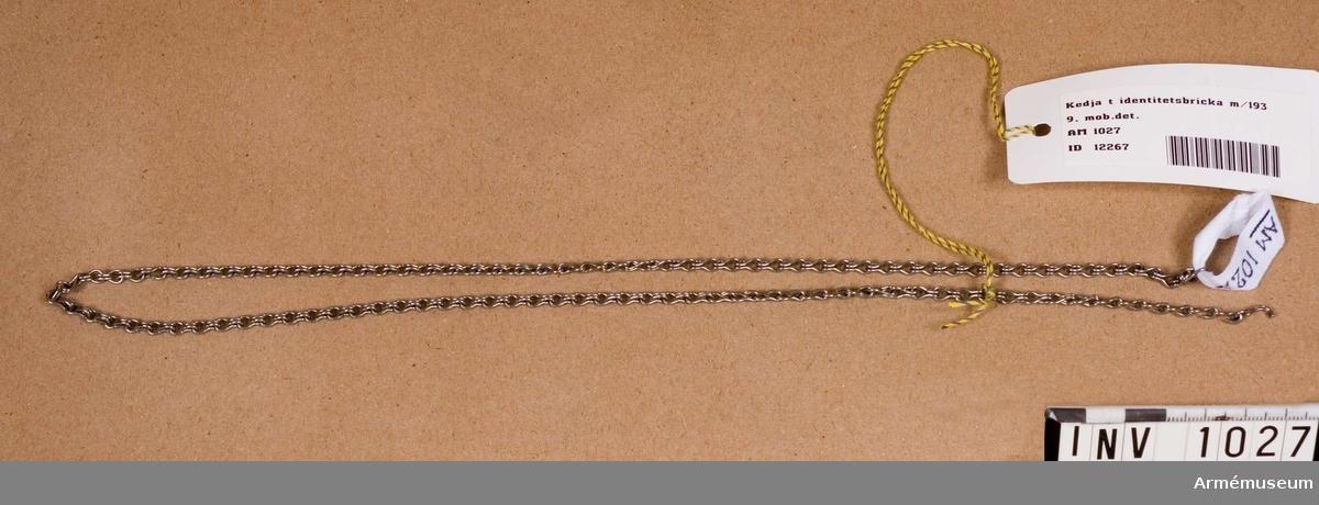 Samhörande nr är 1017-1059, 1062-1063, 1072-1073.Kedja t identitetsbricka m/1939.Av rostfritt stål. Att bära identitetsbricka i. Har tillhört mobiliseringsutrustning vid museet.