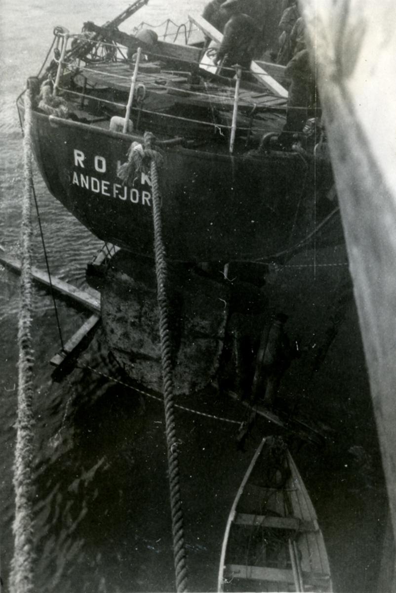Propellen skiftes. H/B 'Rokk' (b.1925, Smith's Dock Co. Ltd., Middlesbro).