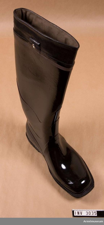 Vänsterstövel i svart, blankt gummi. Med reglerbart skaft, samt reflexband. Storlek 43.