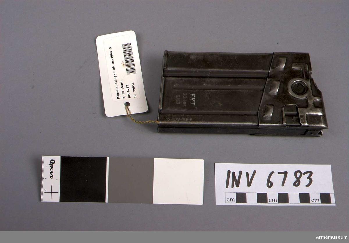 Samhörande nr är 6782 - 6783.Magasin, stång- t automatkarbin fm/1963. 20 sk.Märkt FRT G3 HK 6/63 12-127-7058.Samhörande AM 6782 automatkarbin fm/1963 G 3, AM 6783 stångmagasin 20-skotts.