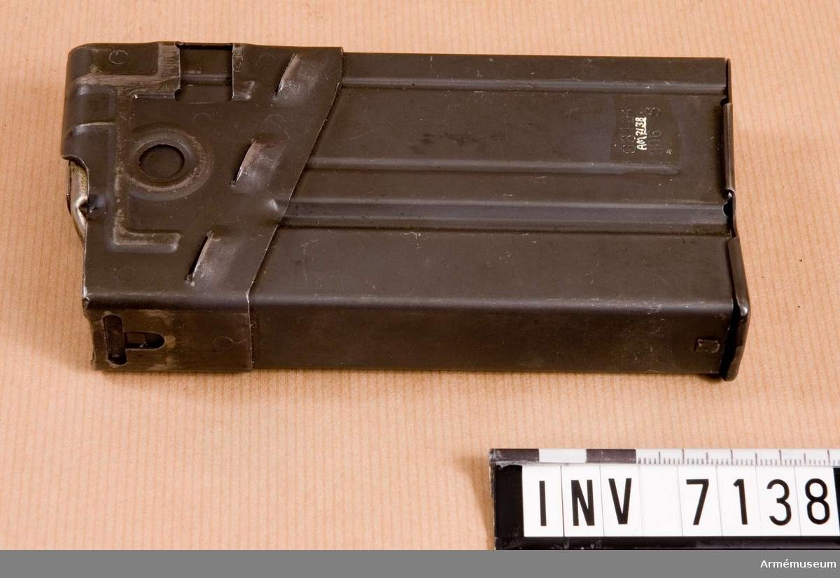 Märkt G3 HK 006 S. Tillverkningsnr 006 S.  Samhörande: AM 7137 automatkarbin fm/1960 G 3, AM 7138 stångmagasin 20-skotts.